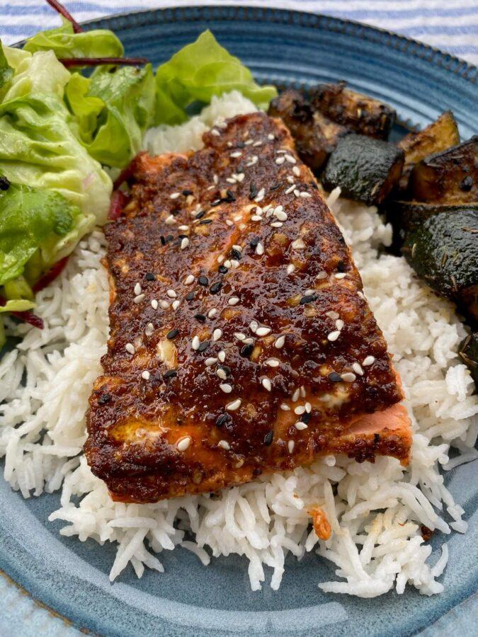 saumon délicieux avec une salade verte