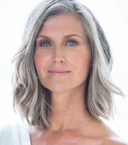 femme cheveux gris mi-longs